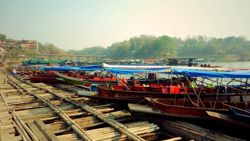 Οι βάρκες μακρύς-ουρών σταθμεύουν στην ξύλινη αποβάθρα στοκ εικόνα με δικαίωμα ελεύθερης χρήσης