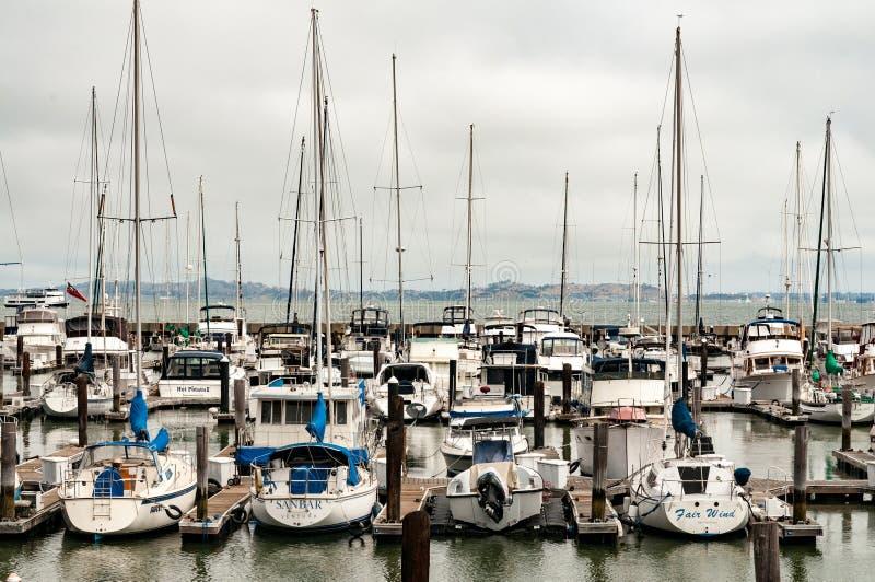 Οι βάρκες πανιών ενέπλεξαν σε μια αποβάθρα στοκ εικόνα