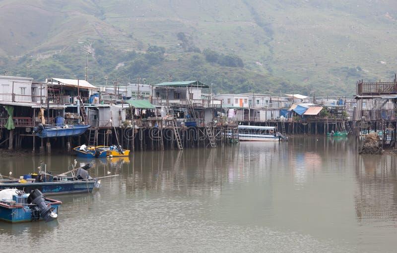οι βάρκες Hong στεγάζουν kong το χωριό ο tai στοκ φωτογραφίες