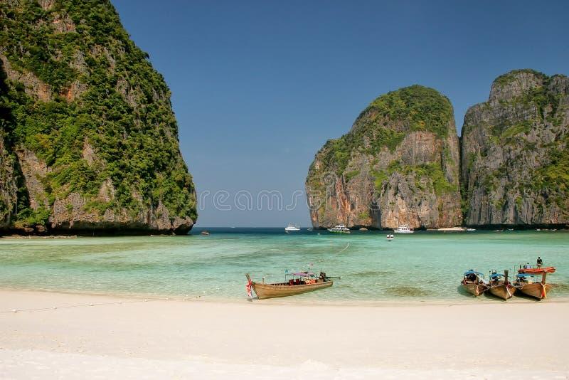 Οι βάρκες Longtail έδεσαν στον κόλπο της Maya Phi Phi στο νησί Leh, Krabi στοκ εικόνες