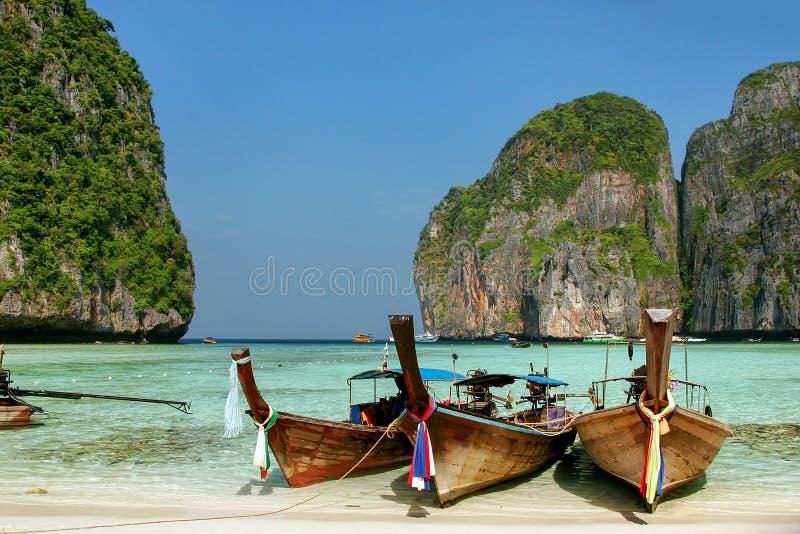 Οι βάρκες Longtail έδεσαν στον κόλπο της Maya Phi Phi στο νησί Leh, Krabi στοκ εικόνα με δικαίωμα ελεύθερης χρήσης