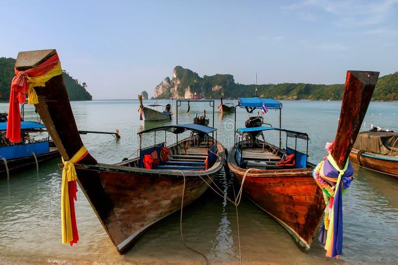 Οι βάρκες Longtail που δένονται στην παραλία AO Loh Dalum Phi Phi φορούν το νησί, επαρχία Krabi, Ταϊλάνδη στοκ φωτογραφίες με δικαίωμα ελεύθερης χρήσης