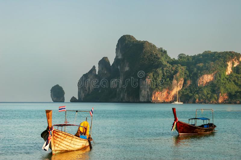 Οι βάρκες Longtail που δένονται Isl στην παραλία AO Loh Dalum Phi Phi φορούν στοκ εικόνες