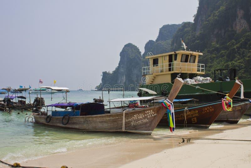 Οι βάρκες Phi Phi στο νησί στην Ταϊλάνδη στοκ εικόνες