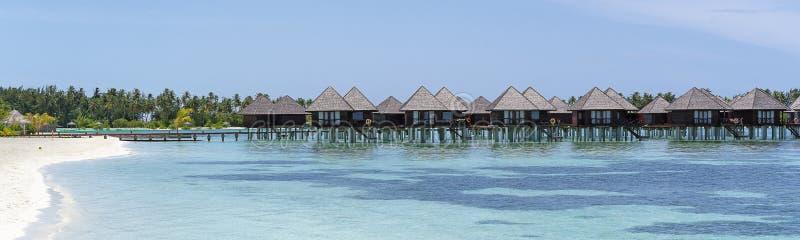Οι βίλες νερού στις Μαλδίβες σε μια ηλιόλουστη ημέρα, παράδεισος νησιών χαλαρώνουν στοκ εικόνα