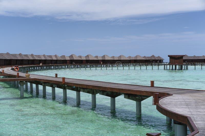 Οι βίλες νερού στις Μαλδίβες σε μια ηλιόλουστη ημέρα, παράδεισος νησιών χαλαρώνουν στοκ φωτογραφία