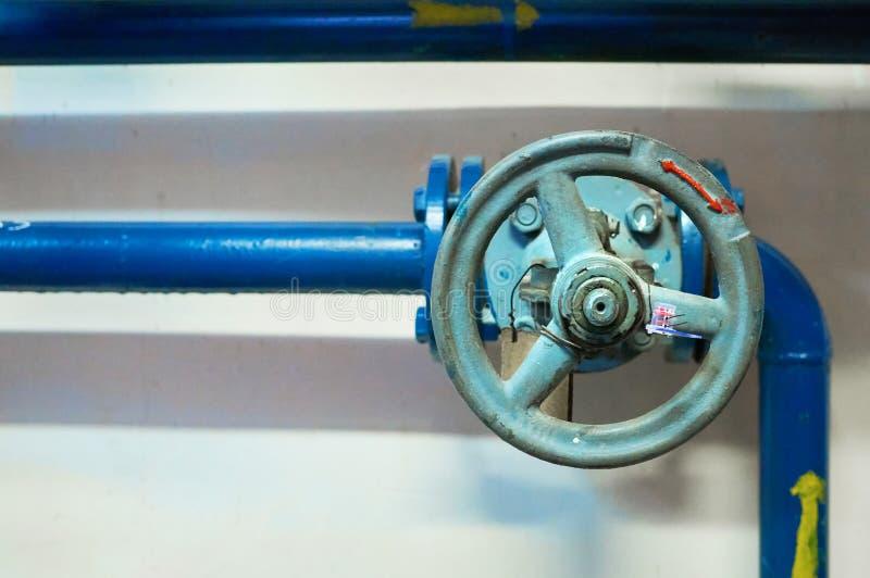 Οι βαλβίδες που εγκαταστάθηκαν το μπλε στους σωλήνες χρωμάτισαν ανασκόπηση βιομηχανική στοκ φωτογραφία