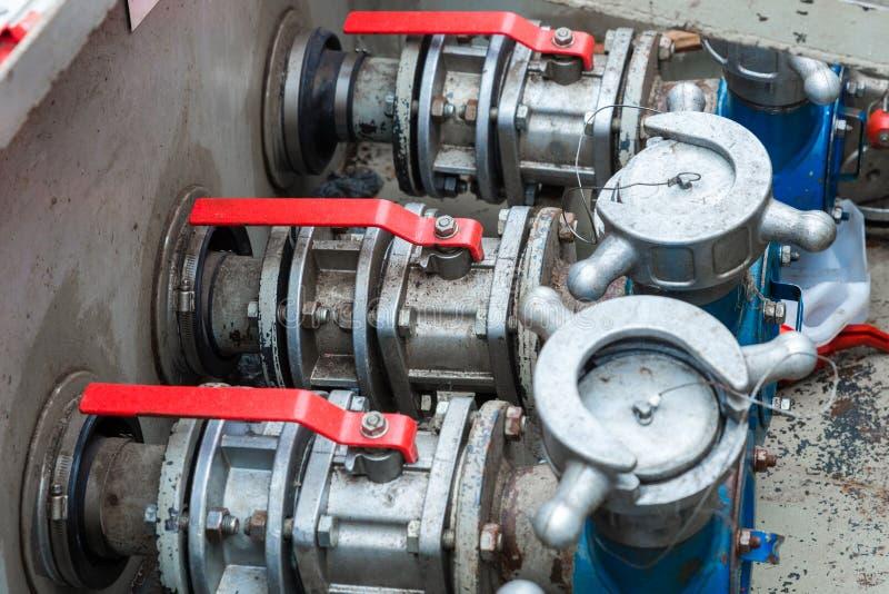 Οι βαλβίδες πυλών στο σταθμό καυσίμων στοκ εικόνες