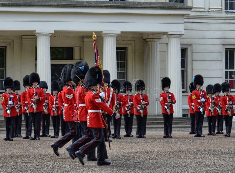 Οι βασιλικές φρουρές προετοιμάζονται για το ceremonia στοκ φωτογραφία με δικαίωμα ελεύθερης χρήσης