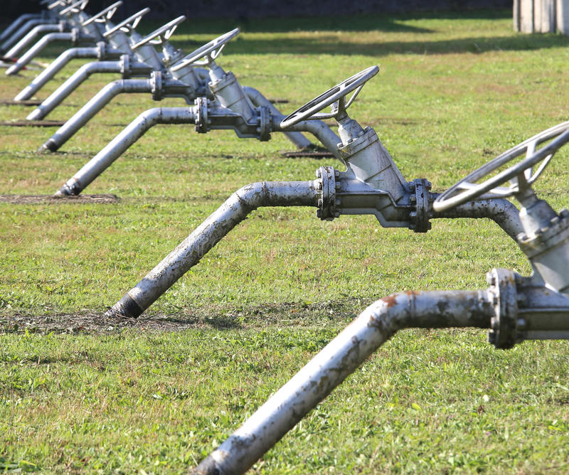οι βαλβίδες πυλών σε στενό ή ανοίγουν τη ροή φυσικού αερίου καθ'οδόν sy στοκ φωτογραφίες