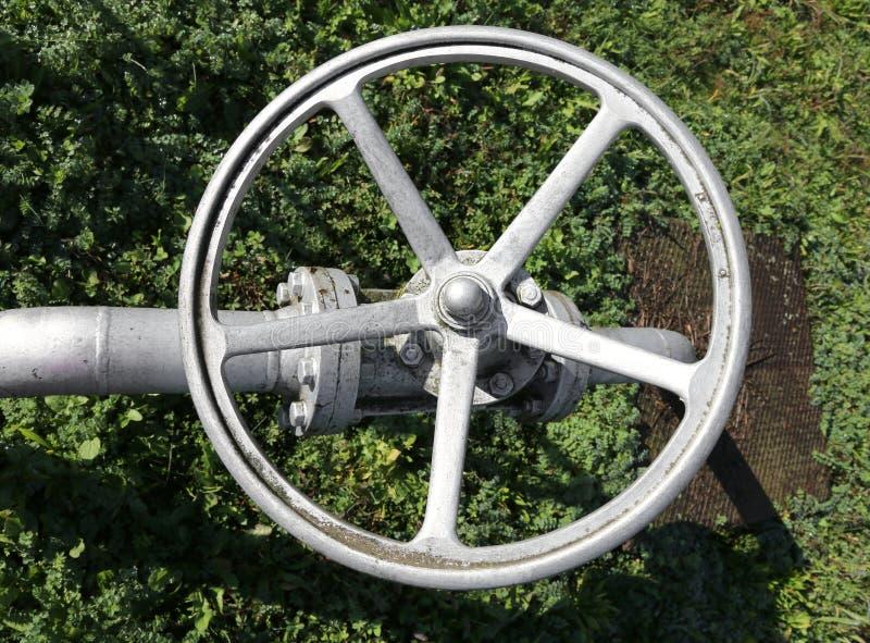 οι βαλβίδες πυλών σιδήρου σε στενό ή ανοίγουν τη ροή φυσικού αερίου στοκ φωτογραφία με δικαίωμα ελεύθερης χρήσης