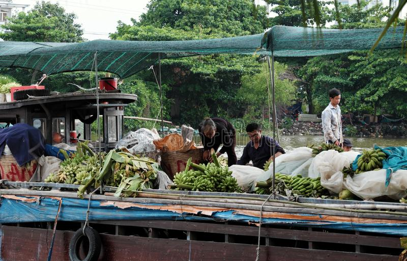 Οι βιετναμέζικοι λαοί μεταφέρουν τις μπανάνες chi Ho στην πόλη Minh με τη βάρκα στοκ φωτογραφίες με δικαίωμα ελεύθερης χρήσης