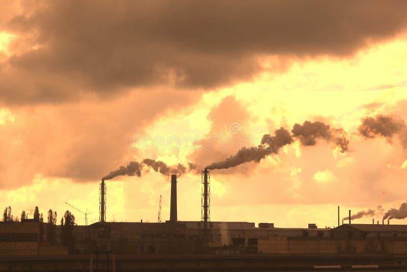 Οι βιομηχανικές εγκαταστάσεις μολύνουν την ατμόσφαιρα και το περιβάλλον με τις επιβλαβείς εκπομπές στοκ εικόνες με δικαίωμα ελεύθερης χρήσης