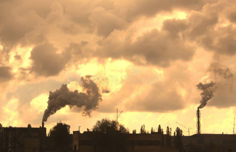 Οι βιομηχανικές εγκαταστάσεις μολύνουν την ατμόσφαιρα και το περιβάλλον με τις επιβλαβείς εκπομπές στοκ φωτογραφία με δικαίωμα ελεύθερης χρήσης