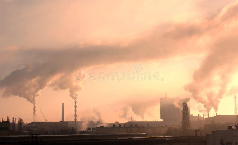 Οι βιομηχανικές εγκαταστάσεις μολύνουν την ατμόσφαιρα και το περιβάλλον με τις επιβλαβείς εκπομπές στοκ εικόνες