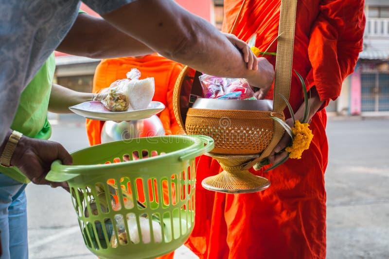 Οι Βουδιστές έχουν την πίστη στο βουδισμό δίνοντας τις ελεημοσύνες στους μοναχούς λάβετε το α στοκ φωτογραφίες με δικαίωμα ελεύθερης χρήσης