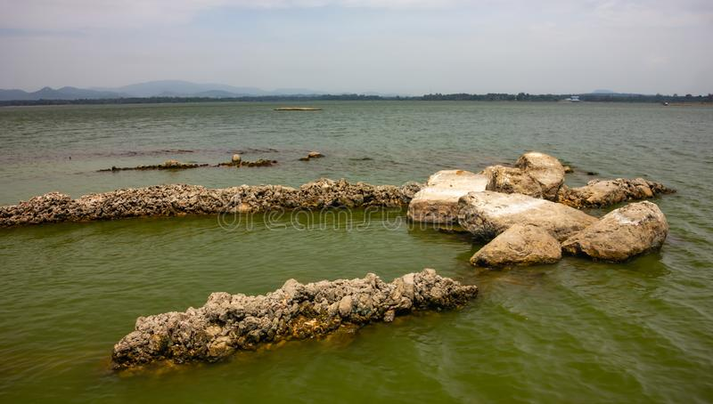 Οι βράχοι στο υπόβαθρο λιμνών αυτό φαίνονται όμορφοι στοκ φωτογραφίες με δικαίωμα ελεύθερης χρήσης