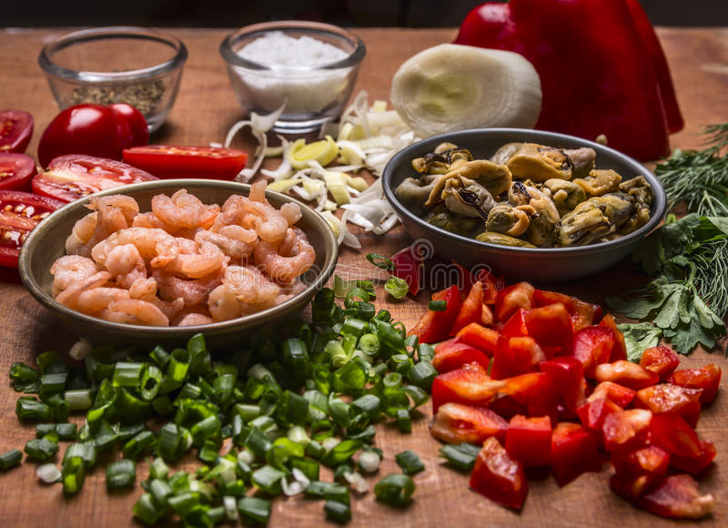 Οι γαρίδες μαγειρέματος συναυλίας με το πιπέρι καρυκευμάτων μυδιών και λαχανικών τεμάχισαν πράσινο στενό επάνω υποβάθρου κρεμμυδι στοκ εικόνα με δικαίωμα ελεύθερης χρήσης