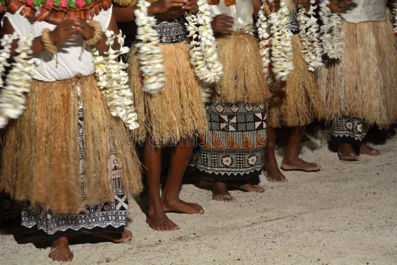 Οι γηγενείς άνθρωποι Fijian τραγουδούν και χορεύουν στα Φίτζι στοκ εικόνες