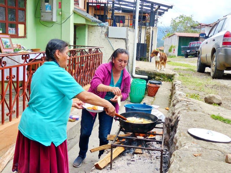 Οι γηγενείς γυναίκες προετοιμάζουν τα empanadas τυριών, Ισημερινός στοκ φωτογραφία