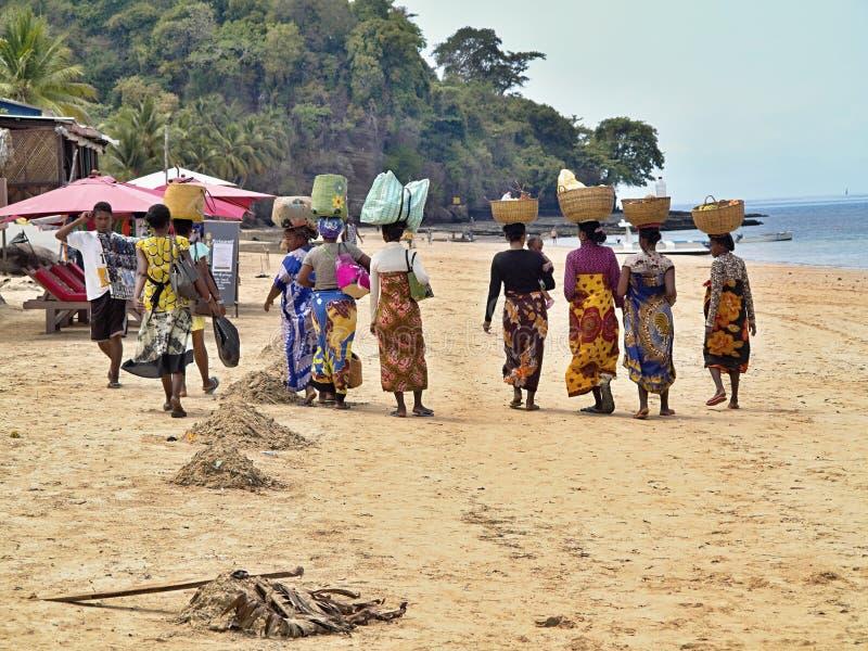 Οι γηγενείς γυναίκες στα παραδοσιακά ενδύματα παρακωλύουν με τα κεφάλια τους, αδιάκριτος να είστε, Μαδαγασκάρη στοκ φωτογραφίες με δικαίωμα ελεύθερης χρήσης