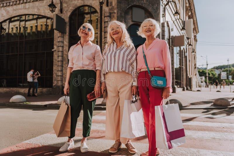 Οι γιαγιάδες της Νίκαιας στέκονται στην οδό από κοινού στοκ εικόνες