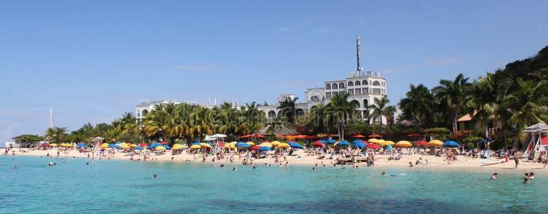 Οι γιατροί ανασκάπτουν την παραλία, κόλπος Montego, Τζαμάικα στοκ εικόνες