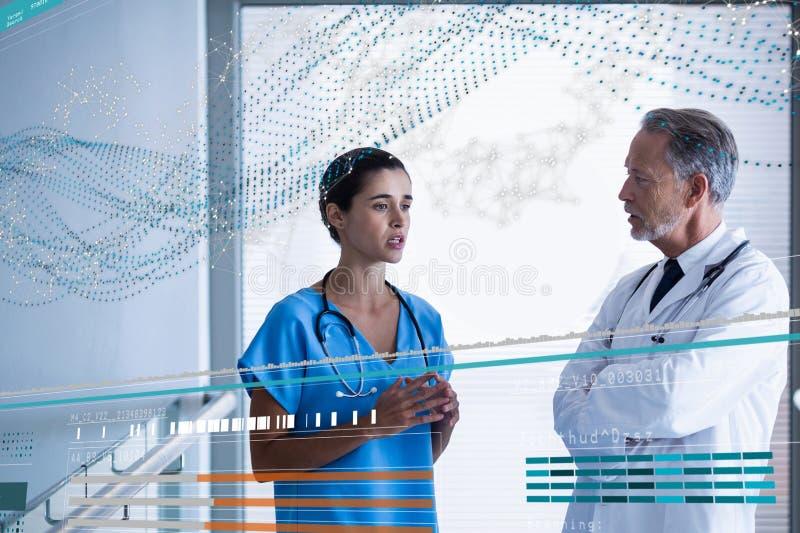 Οι γιατροί που στέκονται με το DNA διασυνδέουν στοκ φωτογραφίες με δικαίωμα ελεύθερης χρήσης