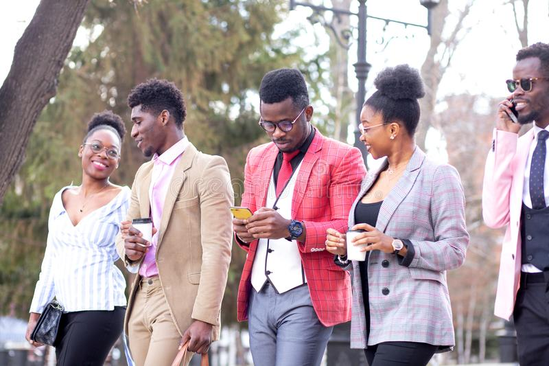 Οι γοητευτικοί αφρικανικοί σπουδαστές περπατούν τις εξωτερικές όψεις στοκ εικόνες