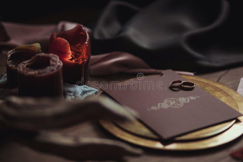 Οι γραφικές τέχνες των όμορφων γαμήλιων ροζ και καφετιών καρτών, χρυσό πιάτο με δύο δαχτυλίδια, σημαδεύουν τον καπνό, ύφασμα, εμπ στοκ φωτογραφίες με δικαίωμα ελεύθερης χρήσης
