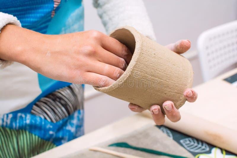 Οι γυναίκες δίνουν την κατασκευή ενός βάζου του ακατέργαστου αργίλου στοκ φωτογραφίες
