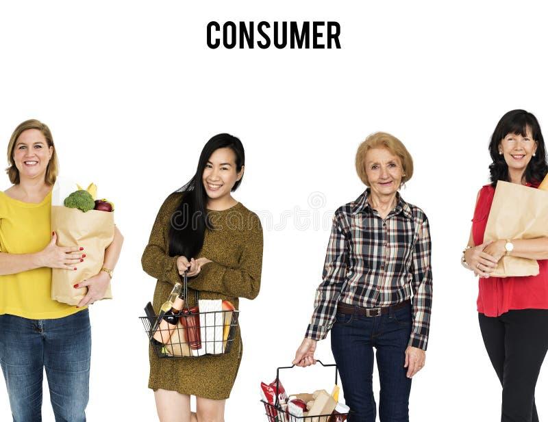 Οι γυναίκες αγοράζουν το πορτρέτο στούντιο καλαθιών τροφίμων μανάβικων που απομονώνεται στοκ εικόνες