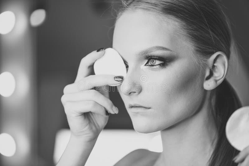 Οι γυναίκες αντιμετωπίζουν τη φροντίδα δέρματος Οι γυναίκες πορτρέτου αντιμετωπίζουν σε advertisnent σας Όμορφη νέα γυναίκα με το στοκ φωτογραφίες με δικαίωμα ελεύθερης χρήσης