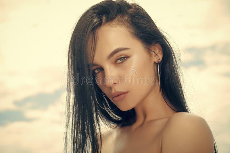 Οι γυναίκες αντιμετωπίζουν τη φροντίδα δέρματος Οι γυναίκες πορτρέτου αντιμετωπίζουν σε advertisnent σας ευτυχής γυναίκα γυναίκα  στοκ φωτογραφία