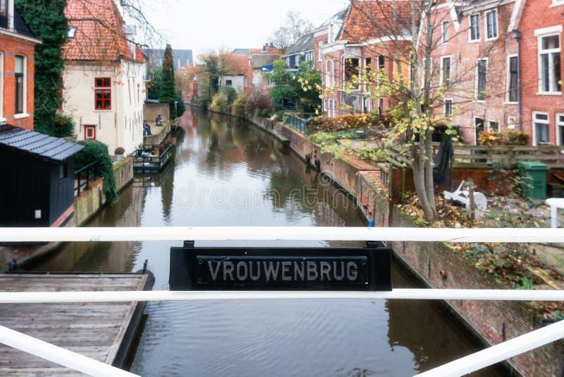 Οι γυναίκες γεφυρώνουν πέρα από το κανάλι Damsterdiep στο ολλανδικό χωριό στοκ εικόνες με δικαίωμα ελεύθερης χρήσης