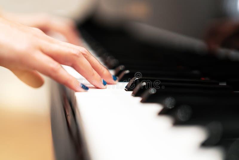 Οι γυναίκες δίνουν στην κλασική κινηματογράφηση σε πρώτο πλάνο πληκτρολογίων πιάνων, έννοια οργάνων μουσικής στοκ φωτογραφία