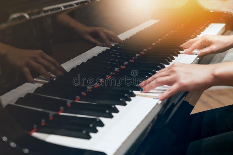 Οι γυναίκες δίνουν στην κλασική κινηματογράφηση σε πρώτο πλάνο πληκτρολογίων πιάνων στοκ φωτογραφίες με δικαίωμα ελεύθερης χρήσης