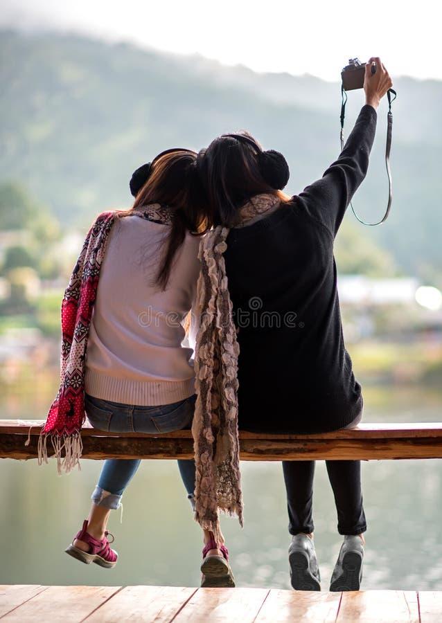 Οι γυναίκες εγκαθιστούν στο πεζούλι στο θέρετρο απολαμβάνουν επάνω στοκ εικόνα με δικαίωμα ελεύθερης χρήσης