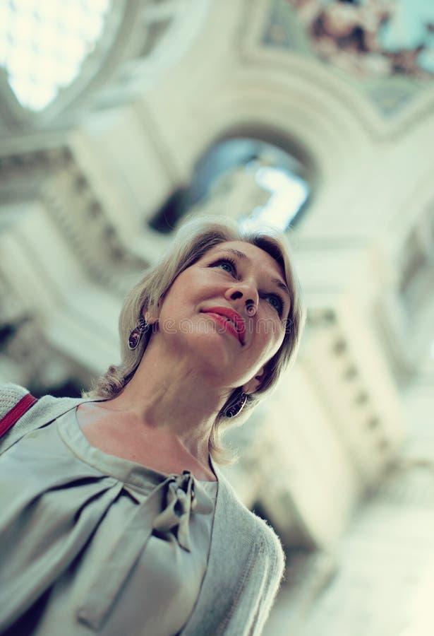 Οι γυναίκες εξετάζουν το έκθεμα στο ιστορικό μουσείο στοκ φωτογραφίες με δικαίωμα ελεύθερης χρήσης