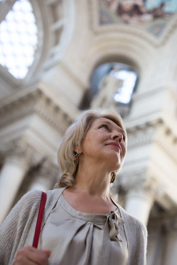 Οι γυναίκες εξετάζουν το έκθεμα στο ιστορικό μουσείο στοκ φωτογραφία με δικαίωμα ελεύθερης χρήσης