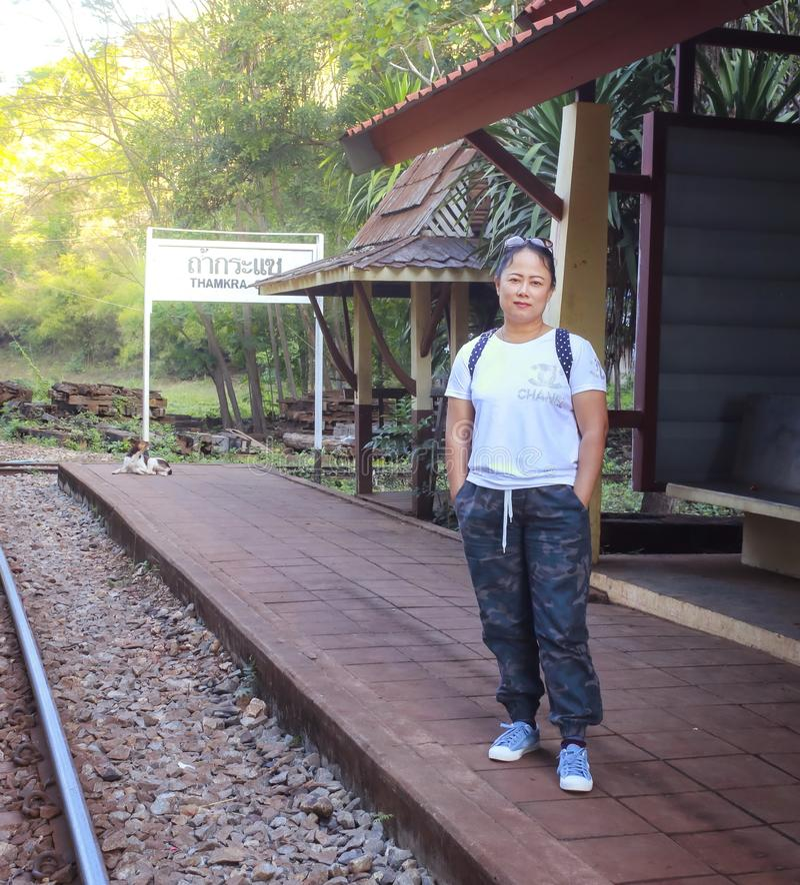 Οι γυναίκες επισκέπτονται τον ιστορικό παγκόσμιο πόλεμο 2 σιδηροδρόμων θανάτου στοκ φωτογραφία με δικαίωμα ελεύθερης χρήσης