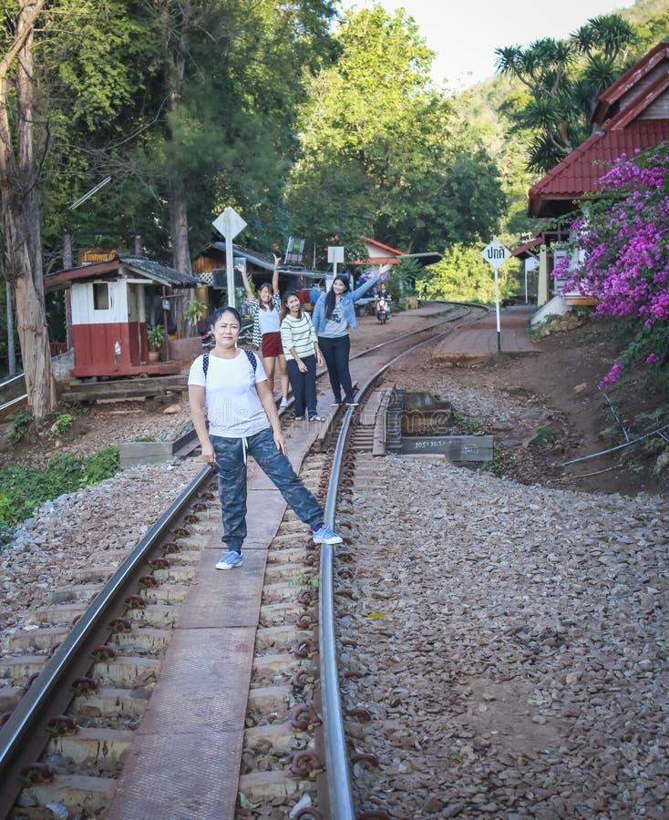 Οι γυναίκες επισκέπτονται τον ιστορικό παγκόσμιο πόλεμο 2 σιδηροδρόμων θανάτου στοκ εικόνες με δικαίωμα ελεύθερης χρήσης