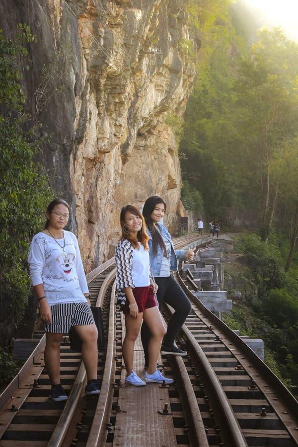 Οι γυναίκες επισκέπτονται τον ιστορικό παγκόσμιο πόλεμο 2 σιδηροδρόμων θανάτου στοκ εικόνα με δικαίωμα ελεύθερης χρήσης