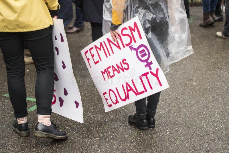 Οι γυναίκες καταδεικνύουν για τη ισότητα φίλων στοκ φωτογραφίες
