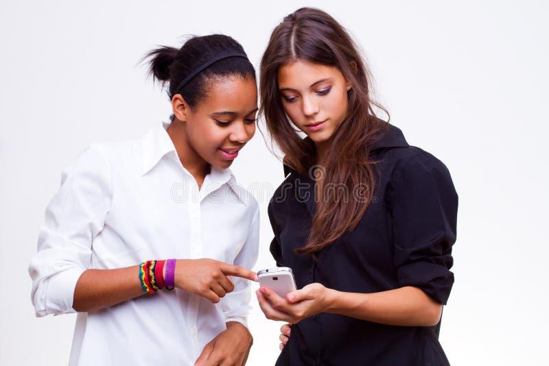 Οι γυναίκες κρατούν τα κινητά τηλέφωνα στοκ εικόνα