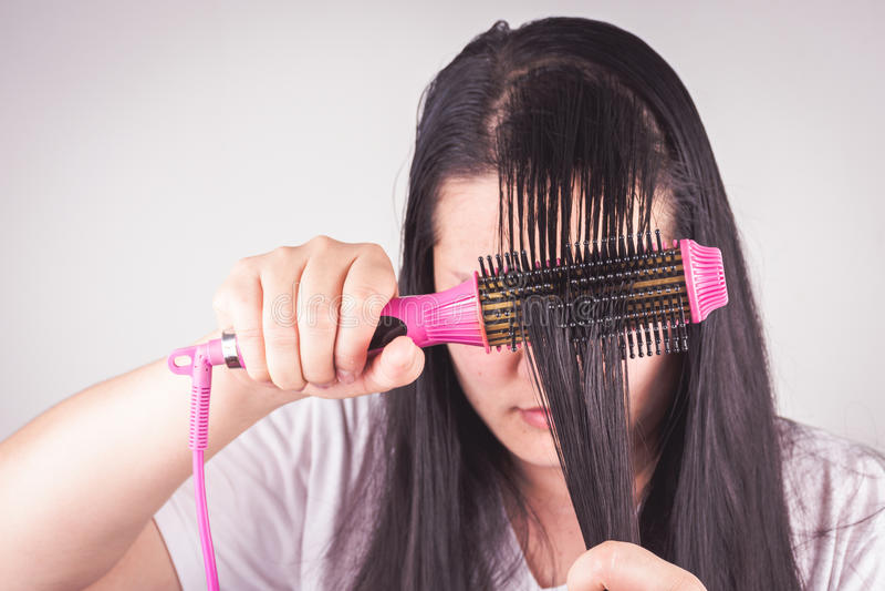 Οι γυναίκες με τους κυλίνδρους τρίχας είναι σοβαρές για τα προβλήματα τρίχας στοκ φωτογραφίες με δικαίωμα ελεύθερης χρήσης