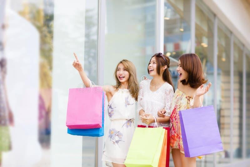 Οι γυναίκες ομαδοποιούν τις φέρνοντας τσάντες αγορών στην οδό στοκ φωτογραφίες με δικαίωμα ελεύθερης χρήσης