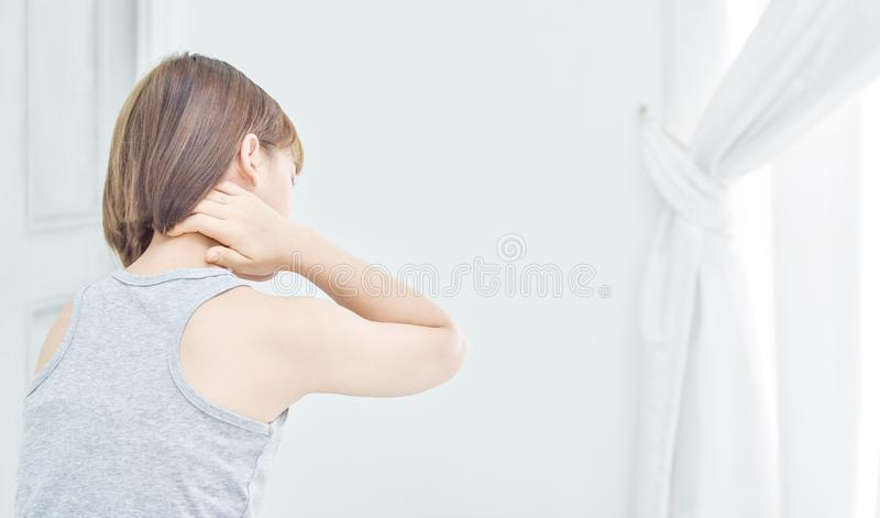 Οι γυναίκες πήραν τα χέρια τους στο λαιμό Έχει τον πόνο στο λαιμό της στοκ εικόνες