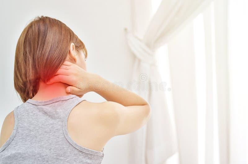 Οι γυναίκες πήραν τα χέρια τους στο λαιμό Έχει τον πόνο στο λαιμό της στοκ εικόνες με δικαίωμα ελεύθερης χρήσης