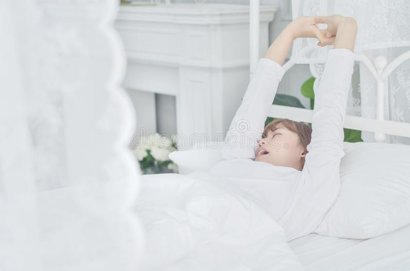 Οι γυναίκες που φορούν τα άσπρα πουκάμισα ξύπνησαν ακριβώς στοκ φωτογραφίες